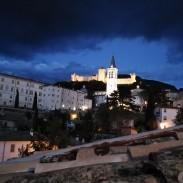 Blick auf Dom und Rocca Albinorziana